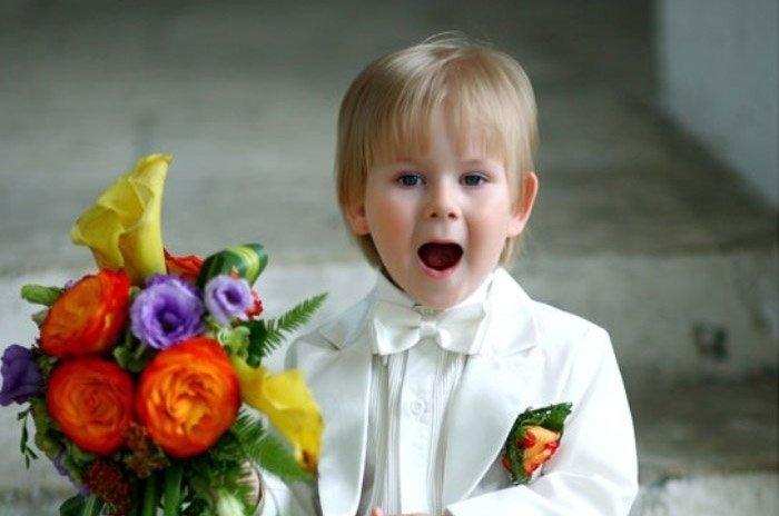 Мальчик читает стих молодоженам на свадьбе.