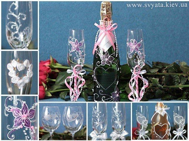 Бутылка и бокалы украшенные гравировкой.
