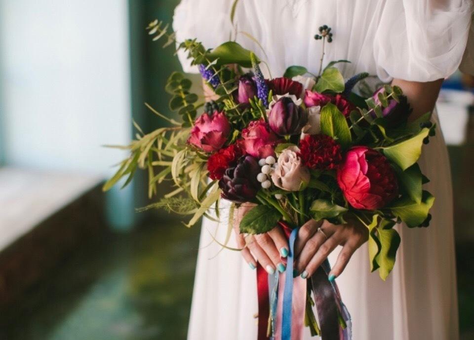 Букет невесты недорого из тюльпаны и розы
